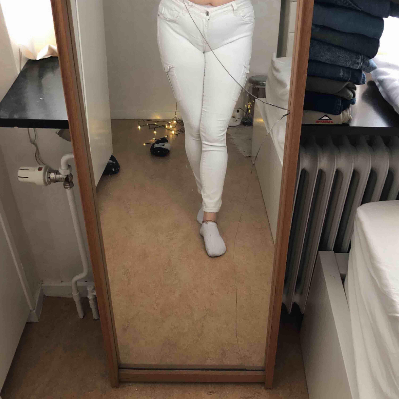 vita jeans från Denim&Co i storlek 40, använda 1 gång. 100kr + frakt. Jeans & Byxor.