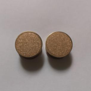 Säljer tre par töjningar i storleken 16mm! Aldrig använda. 💘 Första och andra är roseguld och den tredje är vanligt guld! Frakt 10kr