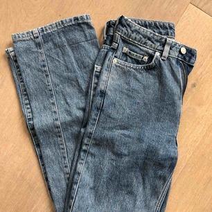 Säljer mina FAVORITJEANS då de tyvärr är för små! De är från weekday i modellen ROW. Nyskick!! :) frakt = 79kr