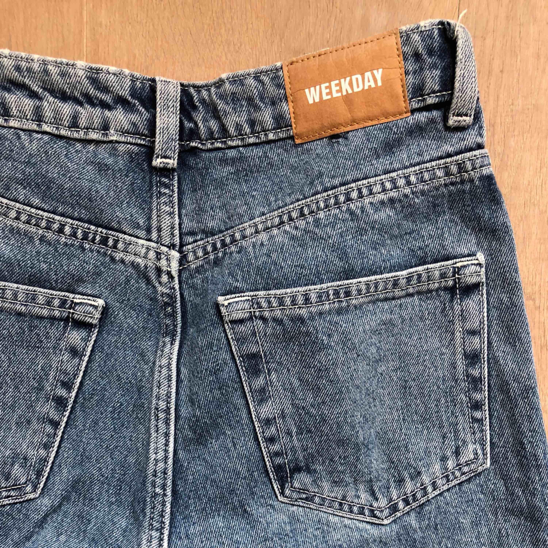 Säljer mina FAVORITJEANS då de tyvärr är för små! De är från weekday i modellen ROW. Nyskick!! :) frakt = 79kr. Jeans & Byxor.