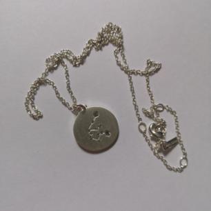 Stjärntecken halsband i äkta silver från Pilgrim! Oanvänt. Aquarius/vattuman på baksidan och stjärnkonstellationen på framsidan i stenar ♒ frakt 10kr