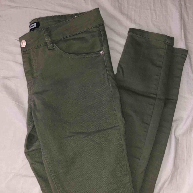 Gröna byxor från Bikbok i storlek M! På bilden visar jag hur jag brukar matcha byxorna, säljer pga ingen användning. 100kr + frakt!. Jeans & Byxor.