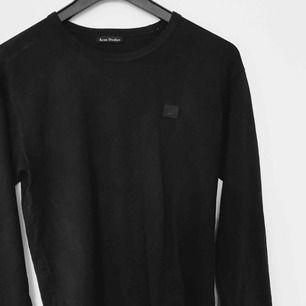 En svart långärmad acne studios tröja, den är äkta. Storlek s men lite oversize i storleken. Kan gå ner i pris via snabb affär, bara att skriva om det finns frågor, svarar på allt.😄