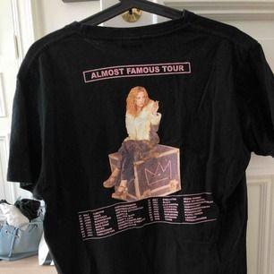 Oanvänd Hov1 merch T-shirt! På framsidan är en rosa hov1-krona & på ryggen är alla turnédatum för Almost Famous Tour (2017).
