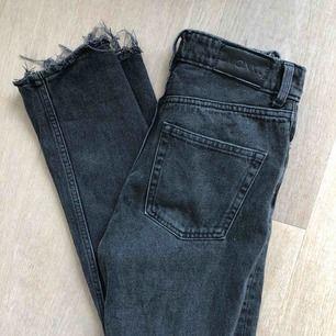 """Råsnygga mom jeans från Monki. Modellen heter """"Kimono High Relaxed"""". Har själv klippt gjort ristningarna längst ner vilket jag personligen tycker är riktigt snyggt. Har ett pyttelitet hål som täcks av """"skärpskyddet"""" Frakt = 79kr"""