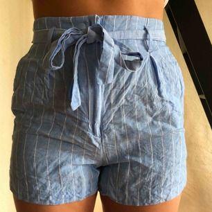 Tyg shorts med knyta från HM i bra skick! Ganska små i storleken!