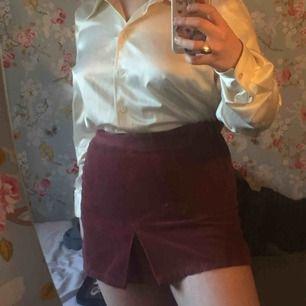 En fin lila Manchester kjol köpt sexondhand❤️ Möts i Stocholm eller fraktar🌼 frakt kostar 42kr  Säljer pga att den blivit för tajt!