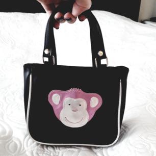 Svinsöt liten vintageväska!😍 Kanske till dig själv eller ngn yngre du känner?💛 Lägg till 20:- för frakt och jag står för resten! Fraktar endast.