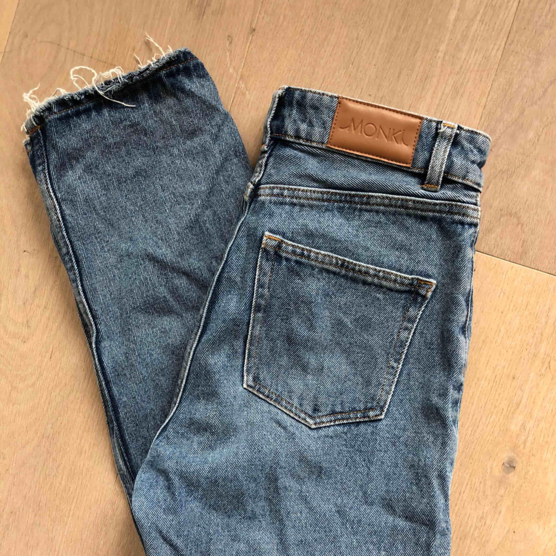 """Säljer mina blåa mom-jeans från Monki. Modellen heter """"Kimono High Relaxed"""". Har själv gjort ristningarna längst ner vilket jag personligen tycker är supersnyggt. Använda en del men inget som syns! Frakt = 79kr. Jeans & Byxor."""