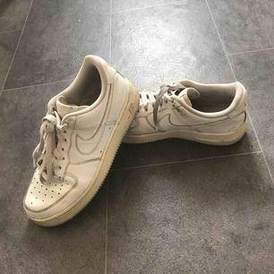 Vita Nikeairs ganska slitna.