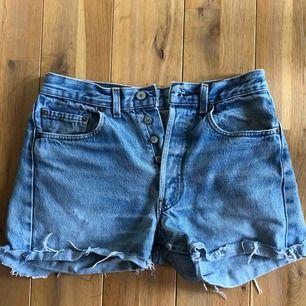 Shorts från Levis i bra skick med slitningar vid kanterna (som ska vara där). Har inte kvar lappen med storlek men passar en 36/38.