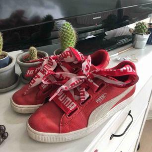 Råsnygga Puma Basket skor i storlek 38. Knappt använda! Otvättade på bilden vilket jag kommer göra innan jag skickar / möts upp! :)