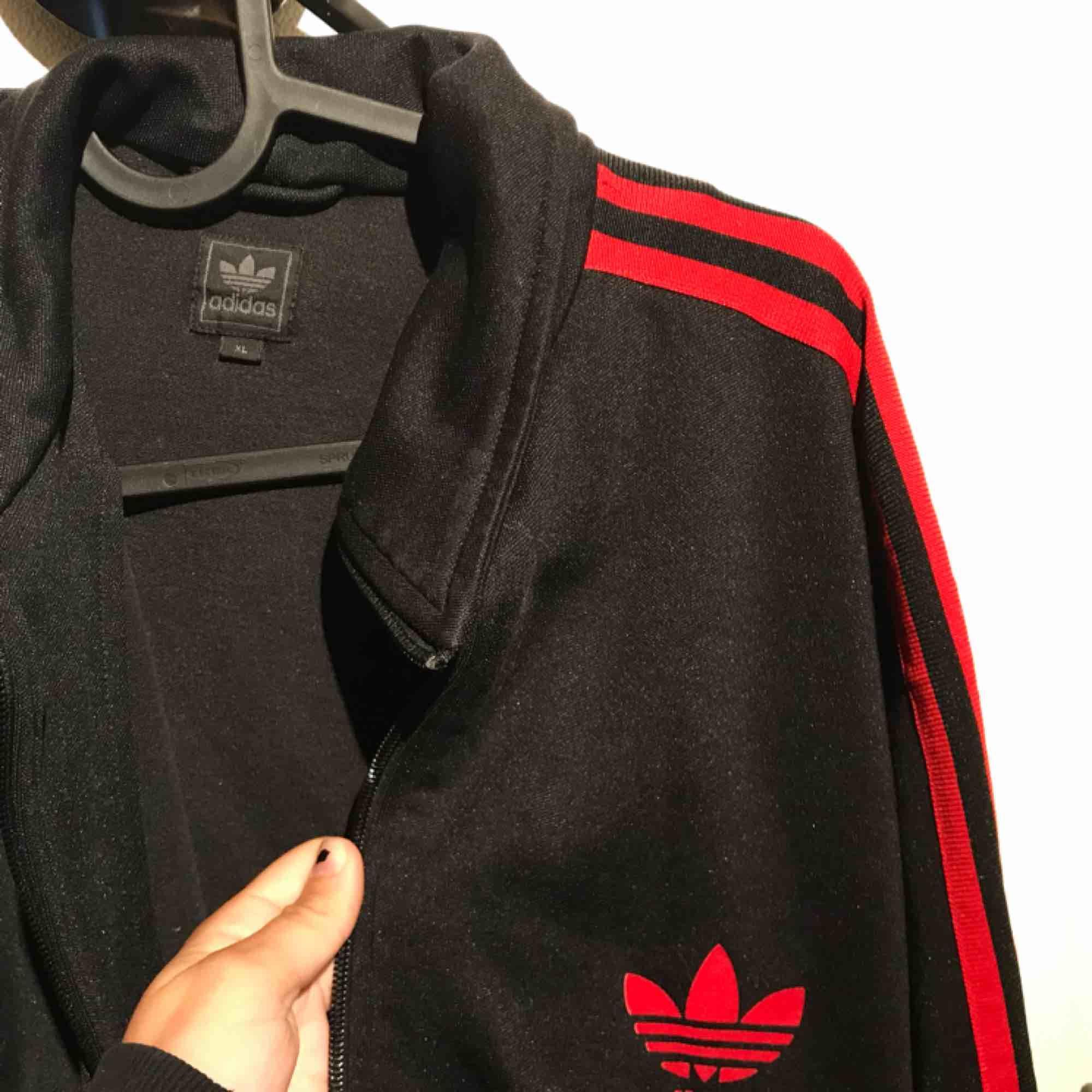 Adidas zip tröja. Kan mötas i Uppsala eller så betalar köparen frakten💕. Tröjor & Koftor.