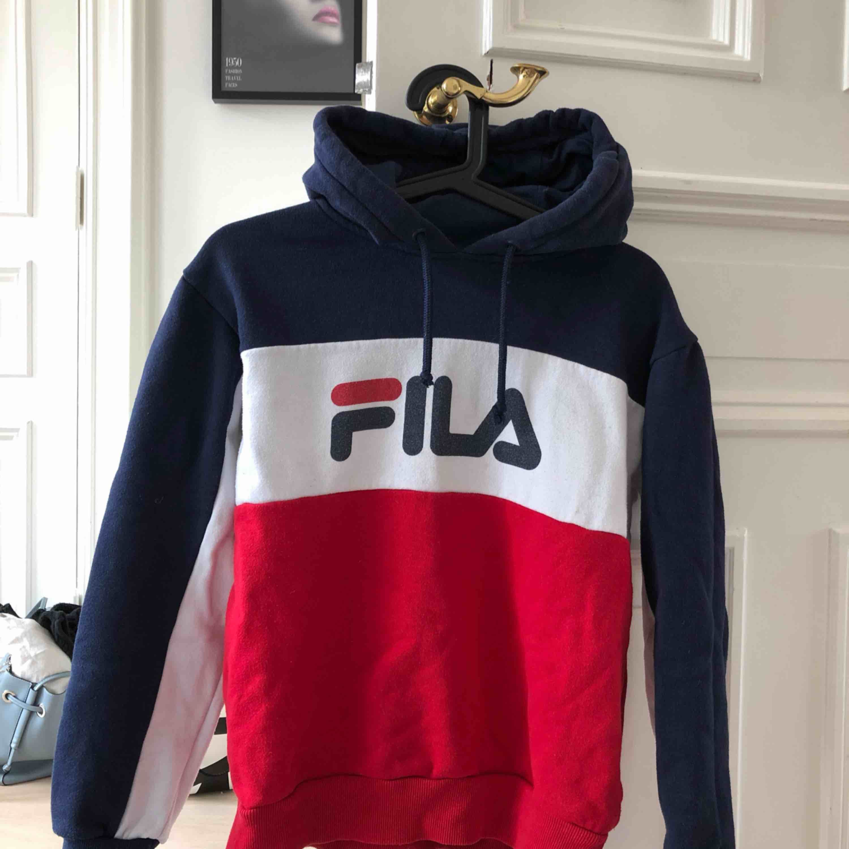Cool Fila-hoodie köpt på Urban Outfitters 2017. Storlek XS i en kombo av blått, vitt och rött! Frakt: 79kr. Huvtröjor & Träningströjor.