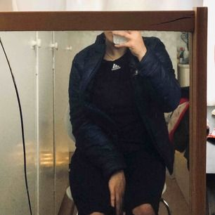 jättefin dunjacka i marinblå, skitsnygg, använd flitigt men ser ut som ny. sönder i fickorna men det är något man kan sy - därmed priset! 200kr + frakt