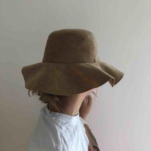 Oanvänd (endast testad) beige hatt från Gina Tricot, one size. Köparen står för frakt & pris kan diskuteras.