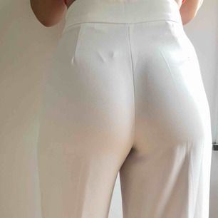 Vita kostymbyxor från ZARA i XS, hög midja och lösare passform i benen. Ordinarie pris 399kr, använd 2 ggr. Längd: 95cm, bredd i midjan: 67cm. Köparen står för frakten.