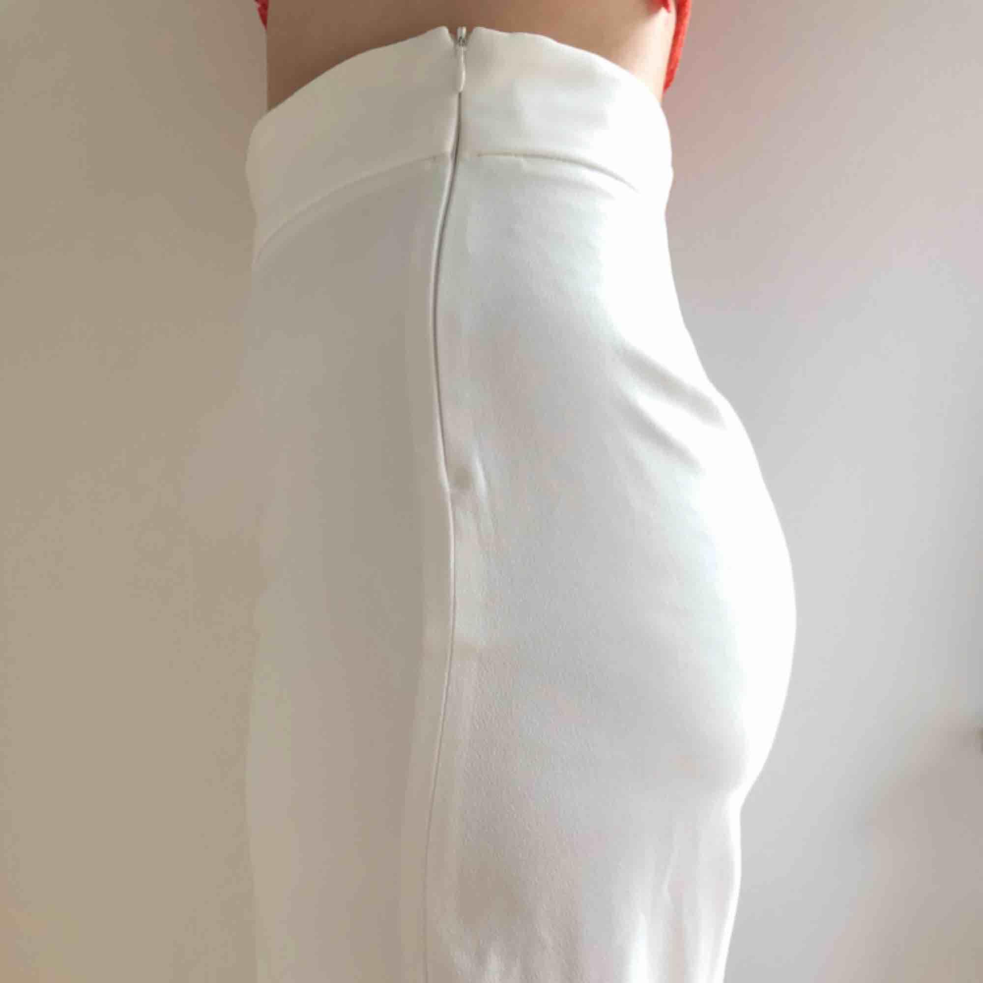 Vita kostymbyxor från ZARA i XS, hög midja och lösare passform i benen. Ordinarie pris 399kr, använd 2 ggr. Längd: 95cm, bredd i midjan: 67cm. Frakt är inkluderat i priset. .. Jeans & Byxor.