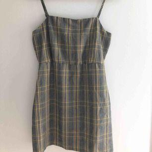 Rutig klänning från PULL&BEAR i storlek M (liten i storleken så skulle passa som S), använd enstaka gånger och i gott skick. Pris går diskutera & köparen står för frakt.