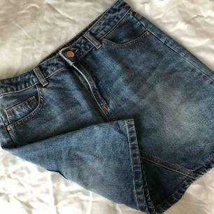 Jeans kjol i storlek 38 från STRADIVARIUS, endast använd 1 gång o säljs pga att den är fel storlek för mig. Pris går att diskutera & köpare står för frakt.