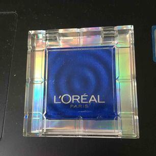 """Loréal paris """"color queen mono eyeshadow"""". Fick den i present men den är tyvärr inte min färg (därav inget namn på baksidan då prislappen säkerligen satt där också). Nypris: 119kr!"""