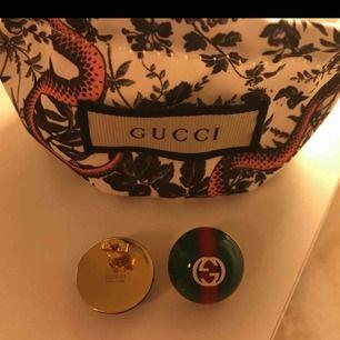 äkta gucci örhängen köpta på farfetch för 4015kr, har kvar kvitto.  säljes pga har tröttnat på de.