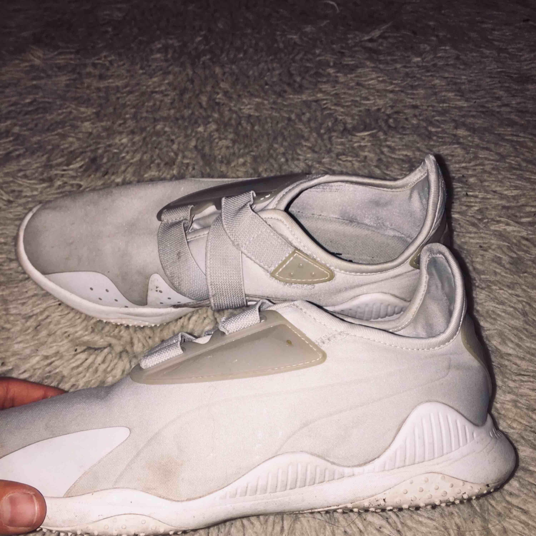 Jätte snygga puma skor som använts flitigt, lite smutsiga men går att tvätta utan att de tappar sin form. Sköna också. 300kr + frakt . Skor.