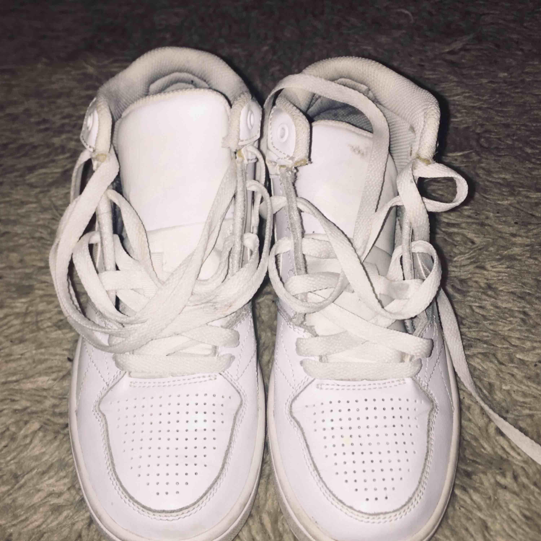 Höga Nike skor aldrig använda, endast testade 250kr + frakt. Skor.