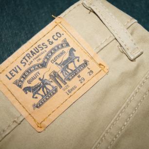 Levi's 511:or, storlek W29 L29. Obs benen är avklippta så de är lite kortare än L29. Fint skick!🌿🌻