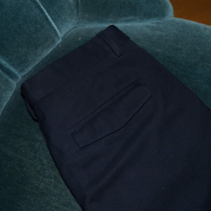 Marinblåa kostymbyxor från hm, storlek 44 (passar som s/m). Lite bredare i modellen. Fint skick🌿🌻