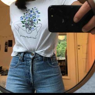 Söt tshirt med fin tryck på från monki! Köpt för 100kr tror jag men aldrig använd då vit ej är min färg :(