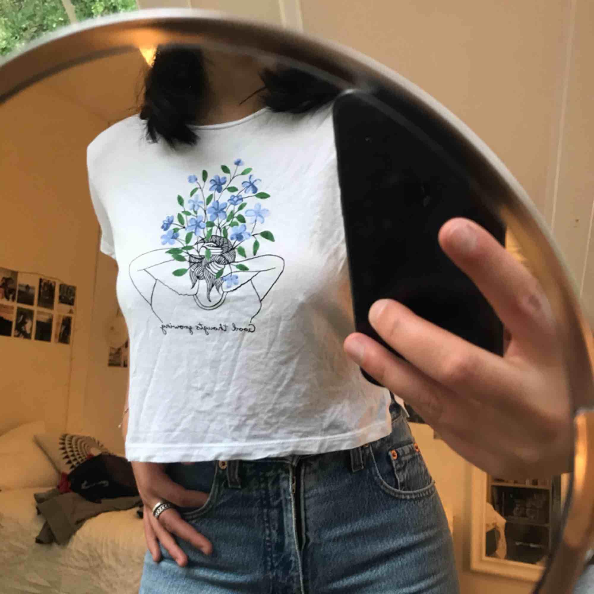 Söt tshirt med fin tryck på från monki! Köpt för 100kr tror jag men aldrig använd då vit ej är min färg :(. T-shirts.