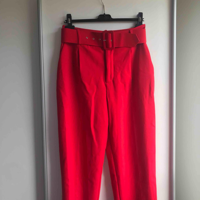 Röda kostymbyxor från Zara strl M, så sköna och mjuka och sitter jättebra! Frakt ingår!. Jeans & Byxor.
