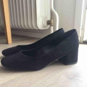 Svarta pumps i storlek 37 från New Look i ett mockaliknande material. Använda en gång och säljer pga för stora. Klackhöjd: 4,5cm. Nypris: 259kr.  Kan mötas upp i Stockholm.