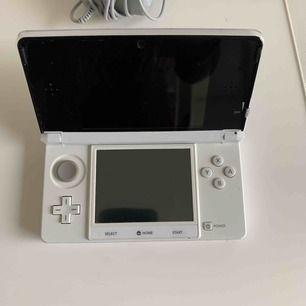 Ett Nintendo 3DS i väldigt bra skick! Vid köp av nintendo kan du köpa spelet för 56kr. (spelet har 3D funktion! köper/har du egna så är det bra att veta att alla inte har 3D funktionen.