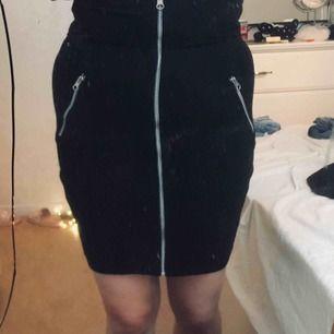 kjol med fina dragkedjs detaljer från Zoul, aldrig använd. 100kr + frakt
