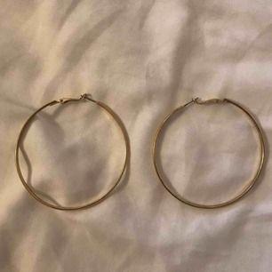 Säljer dessa stora gulliga hoops som aldrig är använda då jag köpte dom i ett paket med några mindre:)) köparen står för frakt som ligger på 9kr 💖