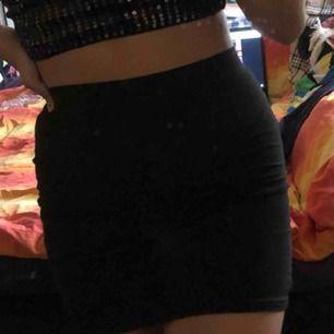 Svart tight kjol från H&M!! använd typ max 5 ggr, och ser i princip ut i nyskick. frakt inkl i priset!!