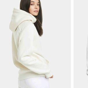 undrar om någon skulle vara intresserad av en vanlig vit hoodie från bikbok i strl XS, skriv om ni skulle va de och för hur mycket ni skulle vilja köpa den för
