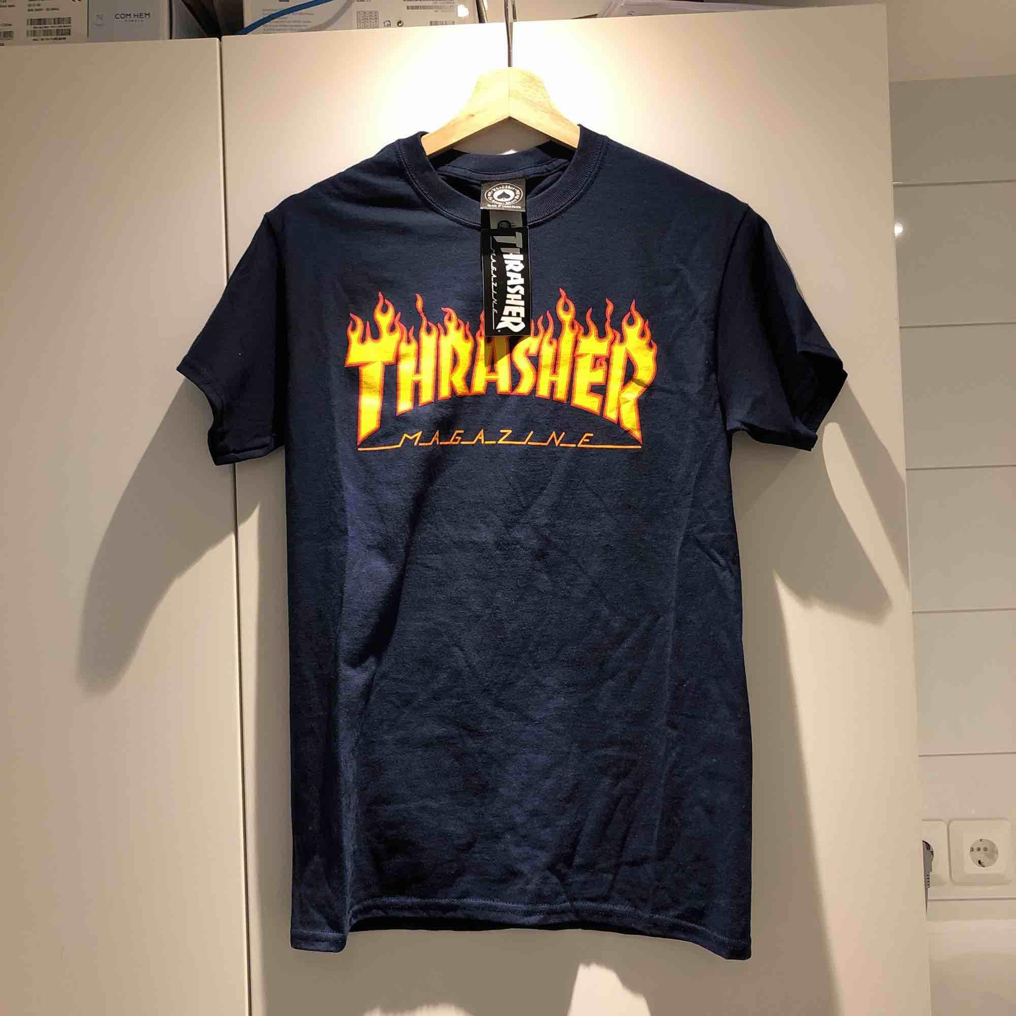 Helt oanvänd Thrasher flaming logo t-shirt i storlek small, lappen sitter kvar. Kan mötas upp i Uppsala eller Stockholm!. T-shirts.