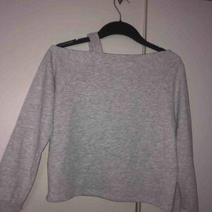 Grå fin tröja dom åker ner lite vid ens axeln, köpt på kappahl och är i storlek 146/152 me skulle passa XS också om man är liten
