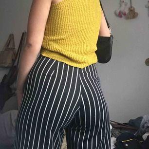 Randiga byxor från Zuiki👖 Sitter så extremt bra men de används för lite :(  Dragkedjan har lossnat lite vilket syns på bilden men det påverkar inte hur byxorna sitter! Ska dessutom be min mamma fixa det innan jag skickar iväg de så ingen fara ❤️