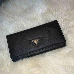 Svart jättefin plånbok från Prada, ej äkta men väldigt bra kvalité!