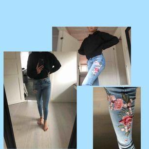 Ljusblåa, lågmidjade jeans med broderade blommor på vänstra benet🌸säljer dem då de aldrig användes och därför i sjukt bra skick🌈köparen står för frakten💕 Om du vill ha flera bilder eller några funderingar är det bara att skicka ett meddelande🥰