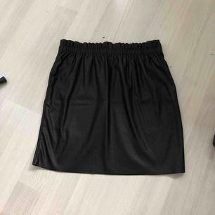 Snygg högmidjad kjol i skin imitation med resår i midjan använd fåtal gånger och i nyskick   Ni står för frakten