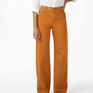 Ett par brun/senaps färgade jeans från Monki knappt använda, i mycket gott skick.