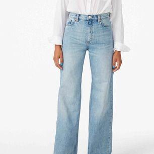 """Ett par supersnygga jeans från monki i modellen """"Yoko light blue jeans"""" inköpta för 400kr, köparen står för frakten. Kan även mötas upp här i Göteborg <3 inga skavanker eller fel på de, nyinköpta"""