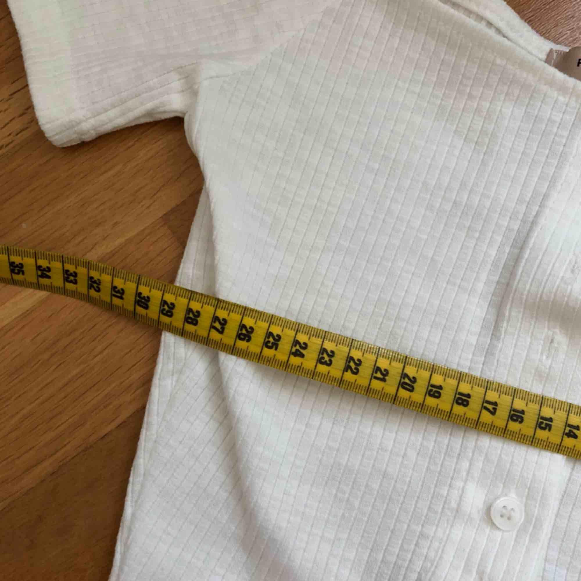 Söt off-shoulder top från STYLENANDA. Säljer för att den är för liten på mig som vanligtvis har storlek S/36. Frakt ca 20 kr. Toppar.