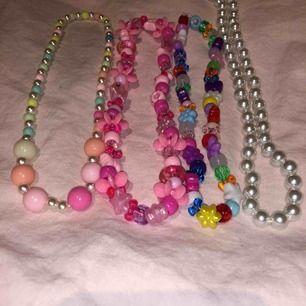 Olika korta halsband/chokers i regnbågens färger! Jättefina till sommarens alla outfits och festivaler! Ett pärlhalsband, två halsband med färgglada pärlor, och ett till pärlhalsband med olika pastell färger💗💞30kr/st eller alla för 80kr💞💗