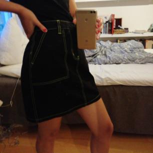 Helt oanvänd supersnygg kjol från Junkyard. Säljer på grund av att den inte passar mig. Sjukt snygg för formen. Köparen står för frakt :)